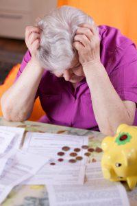 Frau ist verzweifelt, da ihr Antrag auf Gewährung einer Pflegestufe abgelehnt wurde.