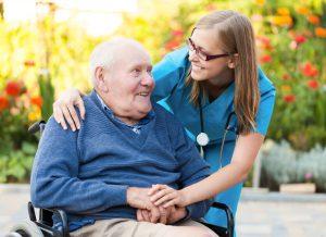 Ein Mann genießt seine Kurzzeitpflege im Pflegeheim.
