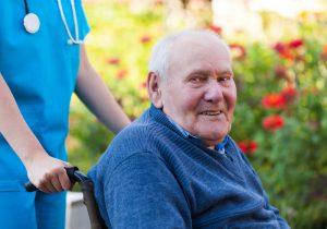 Ein Mann genießt seine Kurzzeitpflege in einem Seniorenheim.