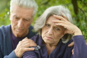 Paar ist verzweifelt, da der Antrag auf Gewährung einer Pflegestufe abgelehnt wurde.